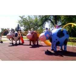 Structure de jeux la vache avec portique-balançoire, mât de pompier, et escalier courbé