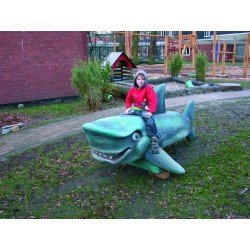 Requin en bois de robinier peint